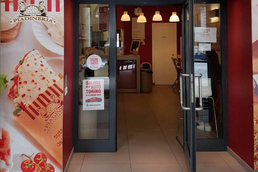 Le vetrine del Salone dell'auto di Torino, la città prepara il bentornato al Salone