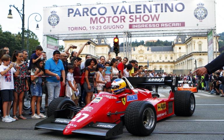 La Formula 1 sfila nel centro della città